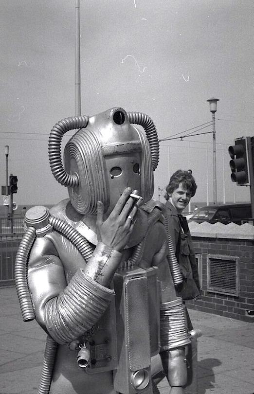 PHOTO] Vintage Robot: Smoke Break | motto.media