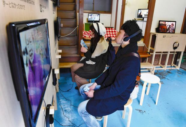 A building that used to be a dagashi snack shop serves as a venue for video installations in which people living both in and outside of Kiyosumi-Shirakawa talk about the area.