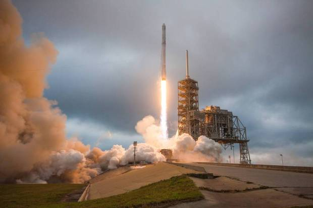 A SpaceX Falcon 9 rocket lifted off from Kennedy Space Center in Florida on Feb. 19, carrying a Dragon resupply spacecraft to the International Space Station. The Air Force on Tuesday announced that SpaceX had been chosen to launch a GPS satellite into orbit. PHOTO: SPACEX/PLANET PIX VIA ZUMA WIRE
