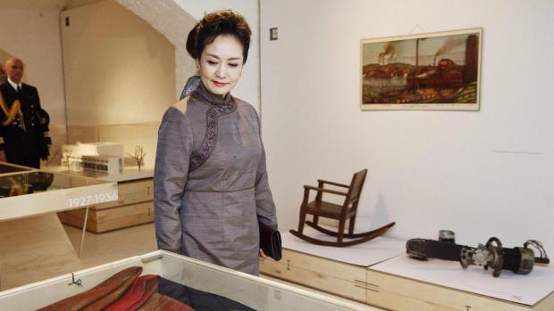 China First Lady Peng Liyuan visits the Finnish Design Museum on April 5 in Helsinki. (RONI REKOMAA / AFP/Getty Images)