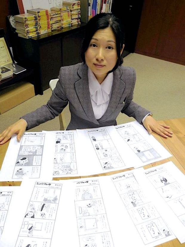"The Yomiuri Shimbun Yuri Nishimura shows off ""Museum no Onna,"" her four-panel manga series, at the Museum of Fine Arts, Gifu."