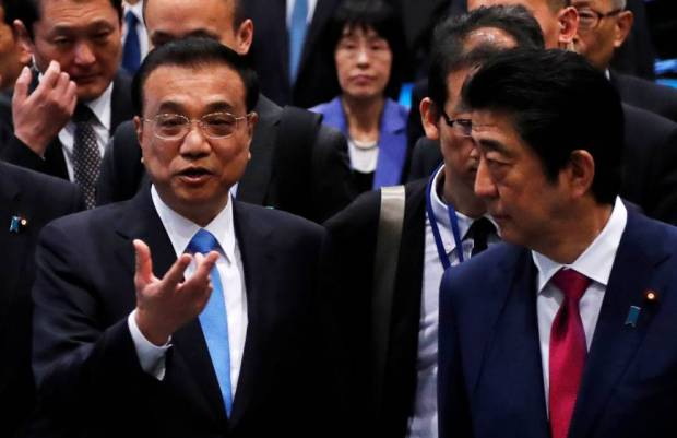 Chinese Premier Li Keqiang talks to Prime Minister Shinzo Abe during a visit to a plant of Toyota Motor Hokkaido Inc. in Tomakomai, Hokkaido, on May 11. | REUTERS